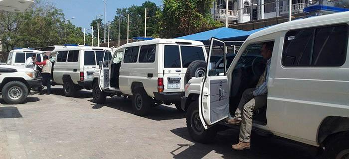 المفوضية العليا للاجئين تقدم سيارات اسعاف للاجئين في عدن