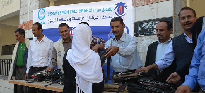 توزيع 300 حقيبة مدرسية لأبناء نازحي تبيشعه بتعز